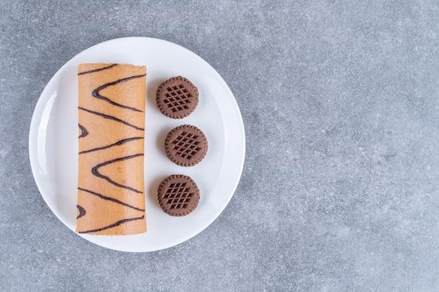 Délicieux petit pain sucré et biscuits sur plaque blanche