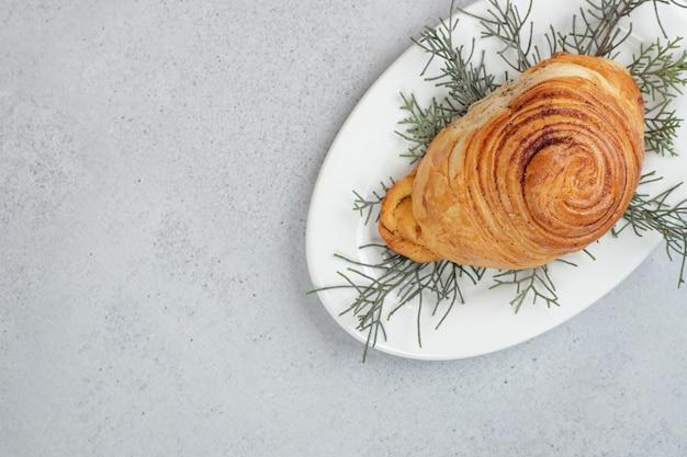 Délicieux petit pain avec viande et carotte sur fond blanc.