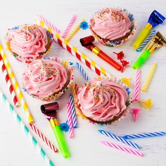 Délicieux petits gâteaux d'anniversaire roses