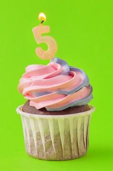 Délicieux petits gâteaux aux bougies sur un fond coloré. fond de fête, anniversaire