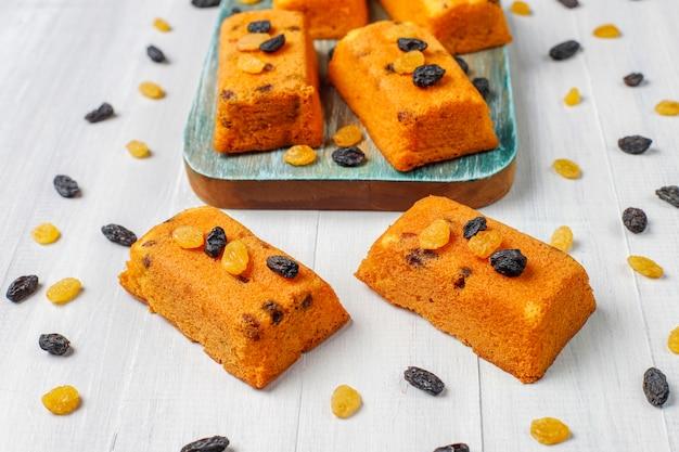 Délicieux petits gâteaux aux fruits faits maison, gâteaux aux raisins secs, vue du dessus