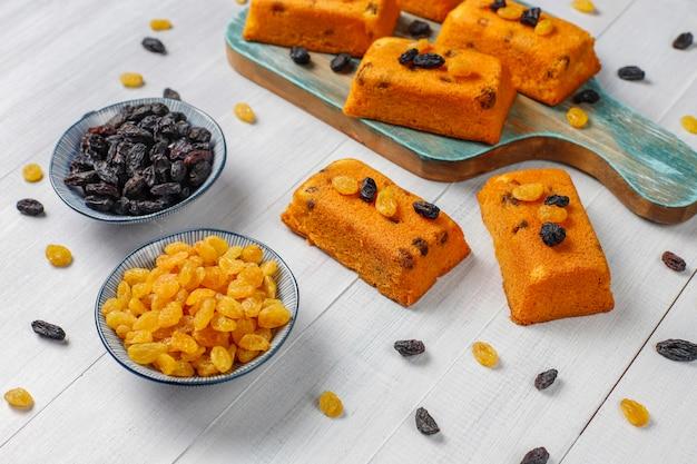 Délicieux petits gâteaux aux fruits faits maison, gâteaux aux raisins, vue de dessus