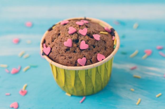 Délicieux petits gâteaux avec des confiseries en forme de coeur