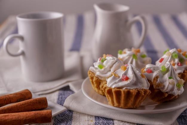 Délicieux petits gâteaux faits maison avec de la crème dans une assiette.