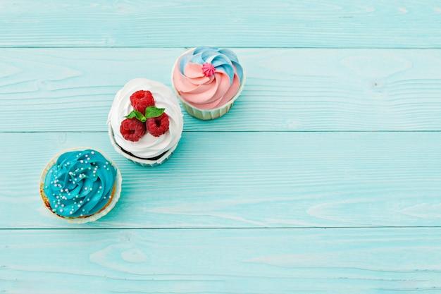 Délicieux petits gâteaux sur un fond coloré. contexte festif, anniversaire