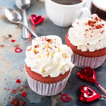 De délicieux petits gâteaux de velours rouge sur une vieille surface métallique rouillée. nourriture de la saint-valentin