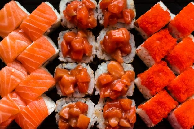 De délicieux petits pains au caviar et à la chair de poisson rouge dans la cuisine japonaise. cuisine japonaise, vue de dessus