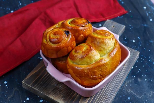 De délicieux petits pains au chocolat faits maison.