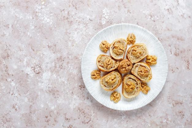 De délicieux petits pains aux noix faits maison.
