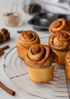 De délicieux petits pains à la cannelle à angle élevé