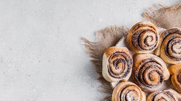 Délicieux petits pains à la cannelle avec espace copie