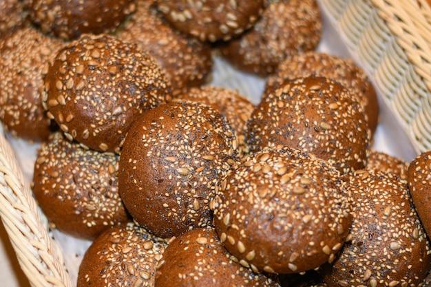 Délicieux petits pains, croissants, gâteaux et pain dans le panier