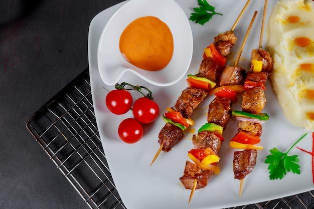 Délicieux plat de brochettes de viande grillée et de purée de pommes de terre