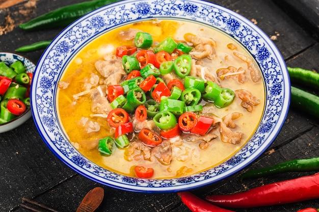 Un délicieux plat cantonais chinois avec du bœuf en soupe dorée