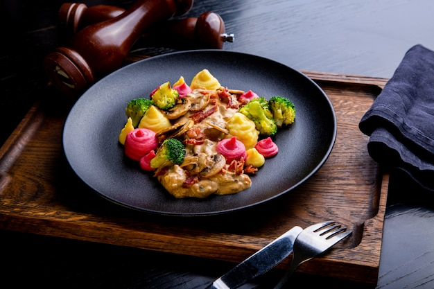 Délicieux plat de restaurant avec des aliments sains
