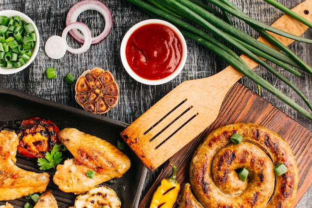 Délicieux plats frits sur un fond texturé en bois gris