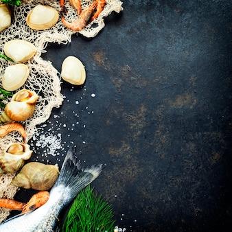 Délicieux poisson frais avec filet et coquillages