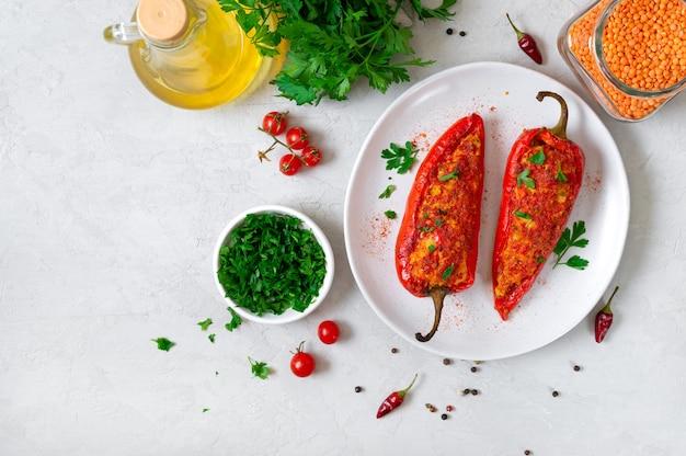 Délicieux poivrons farcis au poulet, lentilles et tomates. plat simple et utile. la vue de dessus