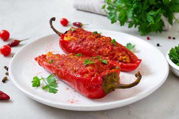 Délicieux poivrons farcis au poulet, lentilles et tomates. plat simple et utile.