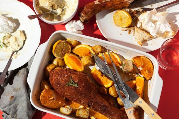 Délicieux poulet et assiettes remplies de restes