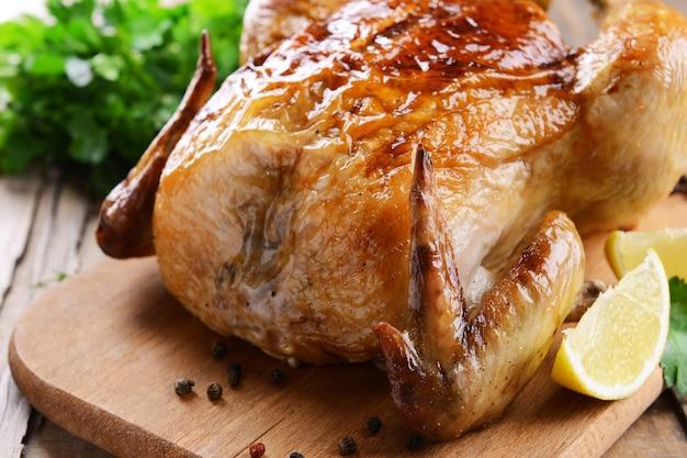 Délicieux poulet au four sur table close-up