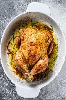 Délicieux poulet croustillant au four servi sur un plat en céramique. vue de dessus.