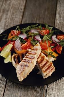 Délicieux poulet grillé avec des légumes pour le dîner