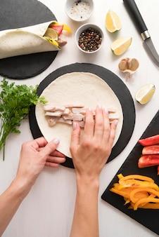Délicieux processus d'enveloppement de kebab