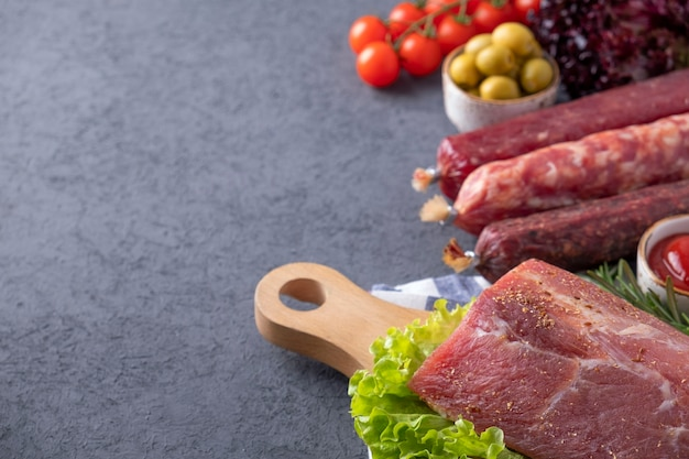 De délicieux produits carnés avec des légumes et des épices. espace pour le texte