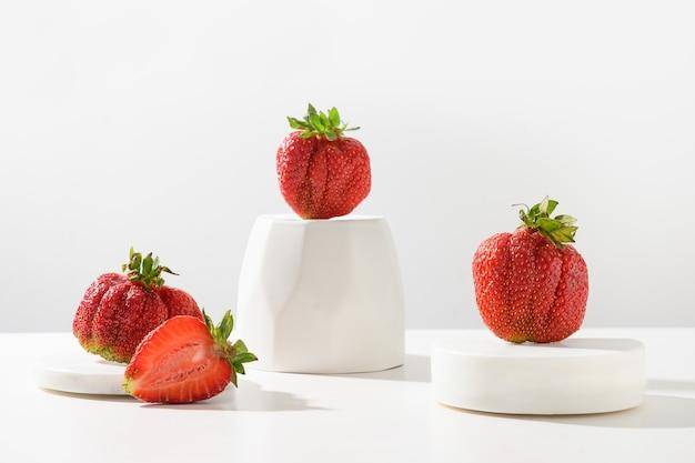 Délicieux produits écologiques biologiques de concept de fraise laides fraîches