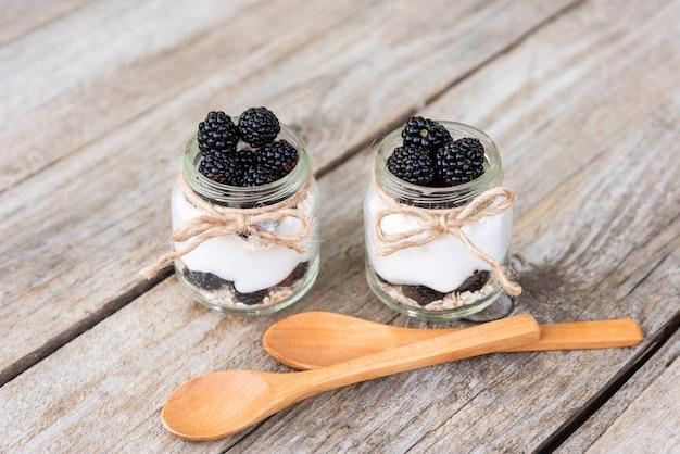 Délicieux pudding naturel aux mûres. a l'air frais. dans des bocaux en verre.