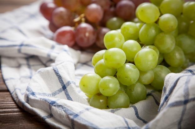 Délicieux raisins sur une table de cuisine