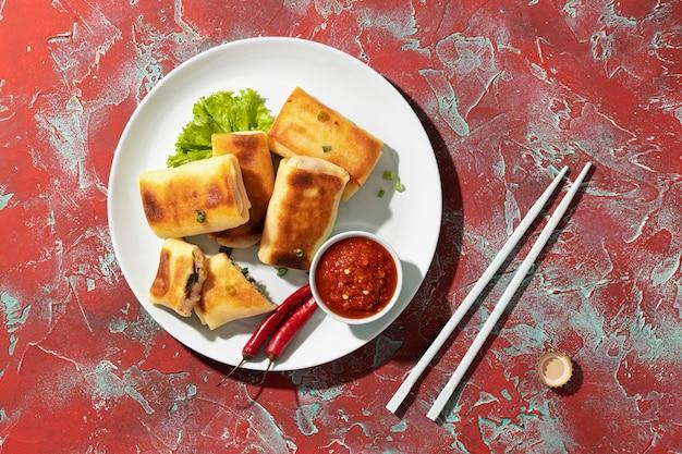 Délicieux repas avec assortiment de sambal