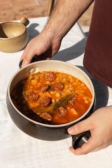 Délicieux repas avec composition de saucisse chorizo