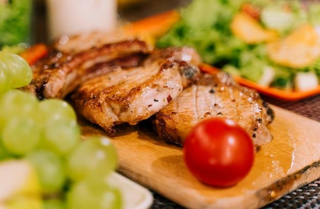 Délicieux repas sur planche de bois flou fond