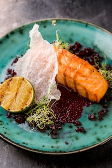 Délicieux repas de poisson cuit au citron