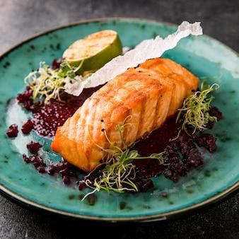 Délicieux repas de poisson cuit et moitié de citron vert