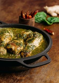 Délicieux repas de poulet à angle élevé