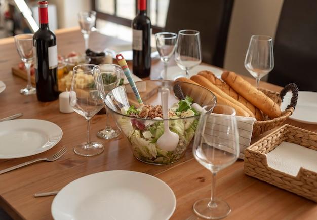 Délicieux repas pour les meilleurs amis qui passent du temps ensemble