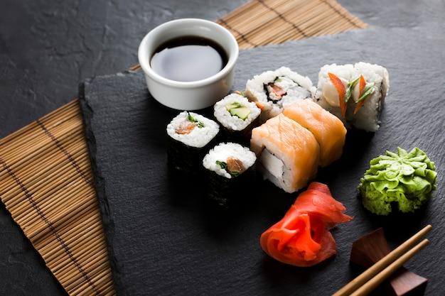 Délicieux repas de sushi à angle élevé