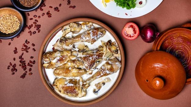 Délicieux repas de viande de poulet avec vue de dessus de sauce