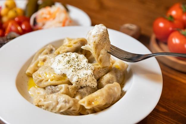 Délicieux repas de viande xingal avec du yaourt, prendre avec une fourchette