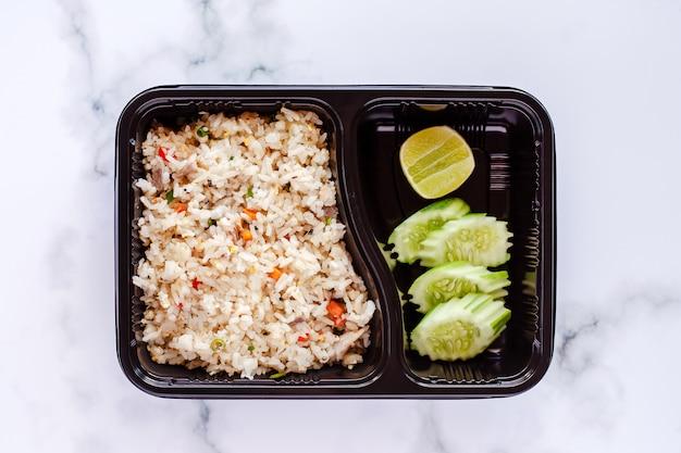 Délicieux riz frit dans une boîte à lunch sur fond de marbre