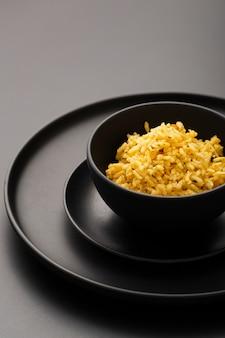 Délicieux riz sauvage sur un bol noir haute vue