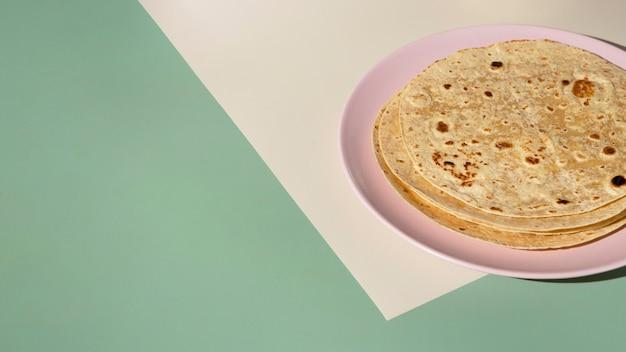 Délicieux roti indien avec espace de copie