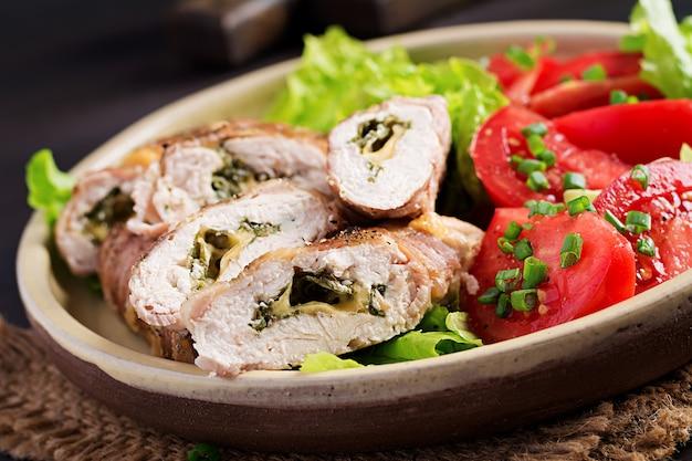 Délicieux rouleaux de poulet farcis au fromage et aux épinards enveloppés dans des lanières de bacon