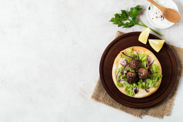 Délicieux rouleaux de viande de restauration rapide arabe copy space