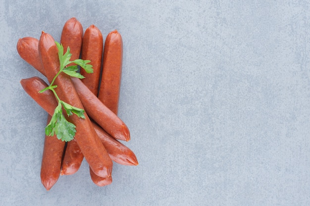 Délicieux salami frais sur fond gris.