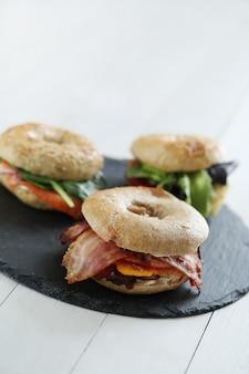Délicieux sandwich au bagel avec bacon