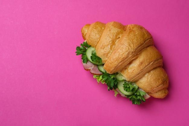 Délicieux sandwich au croissant sur rose